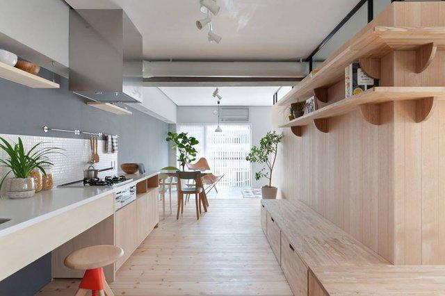 Khu vực bếp ăn vô cùng thoáng mát và sạch sẽ được bố trí khéo léo dọc theo bức tường.