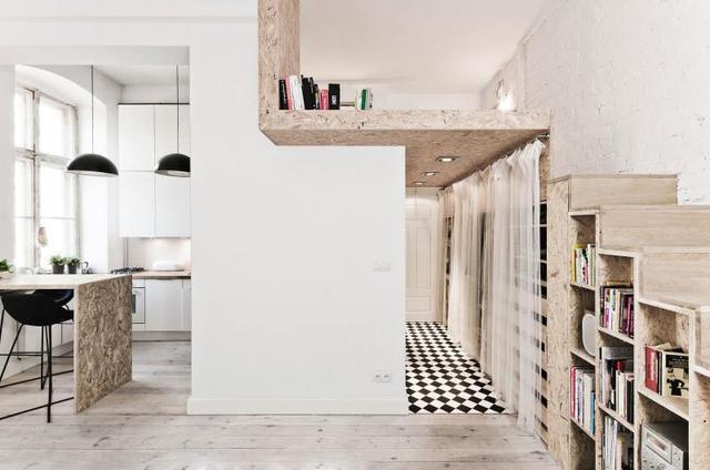 Không gian nghỉ ngơi với gam màu nâu tách biệt được bố trí vô cùng khéo léo nằm vắt ngang lối vào nhà. Một không gian mở mà kín thỏa mãn nhu cầu riêng tư cho người sử dụng.