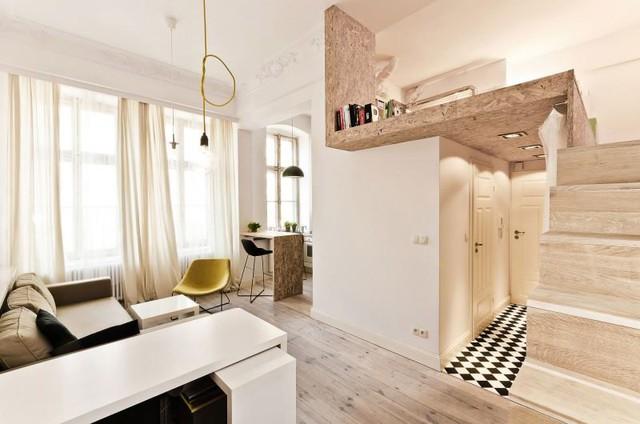 Căn nhà nhỏ luôn tràn ngập ánh sáng tự nhiên nhờ hệ thống cửa kính cao gần sát trần chạy suốt chiều dọc.