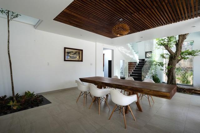 Điểm ấn tượng trong gian bếp này còn nằm ở chỗ, trần nhà được trang trí bằng những thanh gỗ nhỏ cùng tông màu với bàn ăn tạo không gian vô cùng sang trọng.