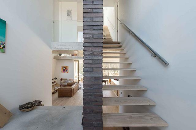 Với thiết kế chủ đạo là tông màu trắng xám khiến không gian trong ngôi nhà thoáng rộng và vô cùng ấm áp.