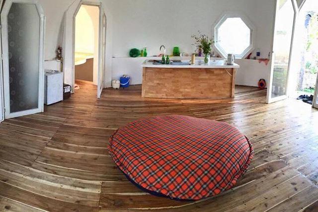 Bên trong ngôi nhà tròn đầy đủ tiện nghi như một ngôi nhà bình thuờng. Tất cả nội thất bên trong đều do anh Quỳnh tự tay làm.