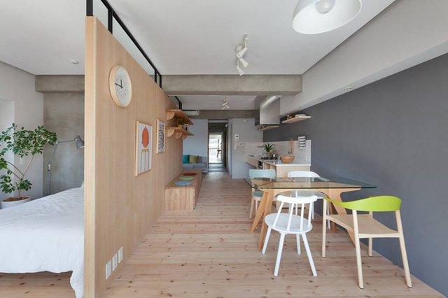 Không cần mất nhiều chi phí xây tường ngăn, lắp cửa không gian phòng ngủ vẫn giữ được sự riêng tư và tách hẳn với khu vực bếp nhờ tấm vách ngăn gỗ vừa đẹp lại rất thông thoáng.