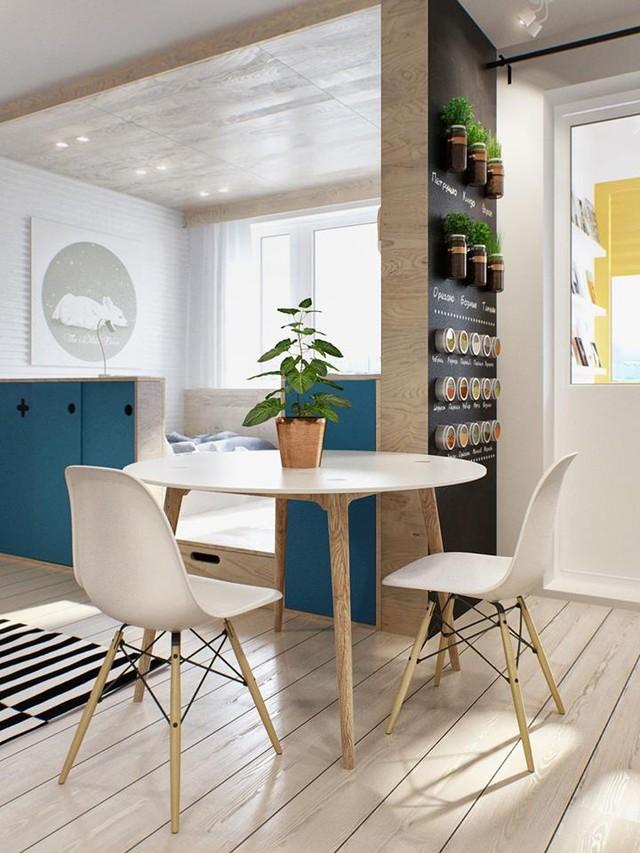 Ngay bên cạnh là chiếc bàn ăn nhỏ cách điệu được tô điểm bằng chậu cây xanh vô cùng xinh xắn.