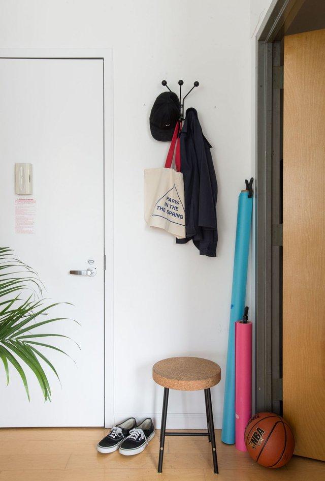 Lối vào căn hộ nhỏ của anh chàng độc thân Derek Bradley còn được nhấn nhá với chiếc ghế cách điệu cùng móc treo đồ tiện dụng.