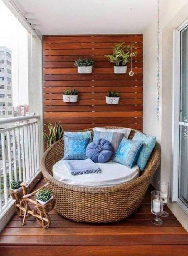 Một ban công nhỏ yên tĩnh cũng sẽ cho bạn một không gian đủ riêng tư để ngốn những cuốn tiểu thuyết yêu thích.