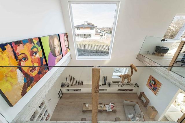 Bên trong căn nhà còn được trang trí thêm rất nhiều bức tranh màu sắc rực rỡ để làm điểm nhấn bắt mắt.