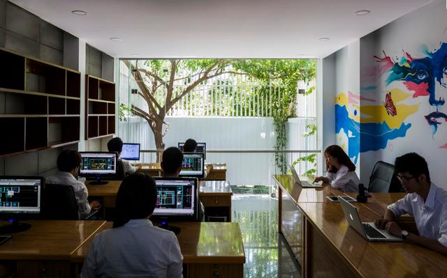 Không gian làm việc tuy nhỏ nhưng vô cùng thoáng sáng và tràn ngập cây xanh của nhân viên trong văn phòng.