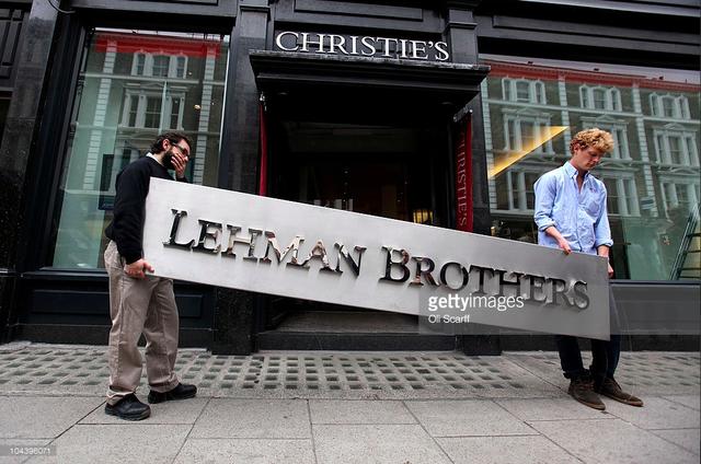 Tấm biển Lehman Brothers được đem ra đấu giá. Ảnh: Getty.