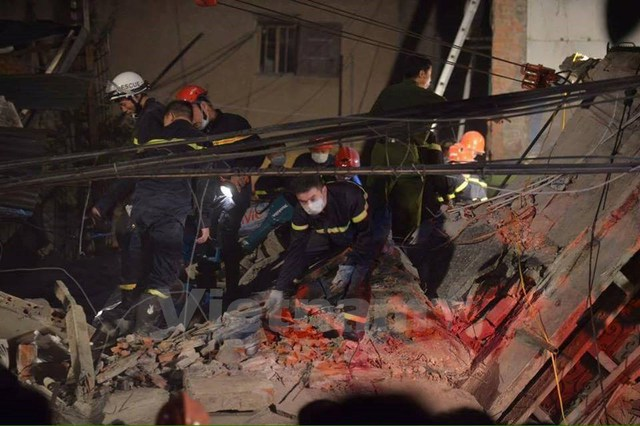 Vào lúc 3 giờ 15 phút ngày 4/8, ngôi nhà 4 tầng tại 43 Cửa Bắc, Hà Nội bất ngờ đổ sập. (Ảnh: Lê Minh Sơn/Vietnam+)