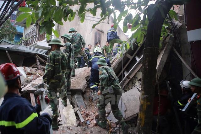 Công tác cứu hộ gặp nhiều khó khăn vì mái nhà lớn sập xuống, không gian cứu hộ nhỏ hẹp. (Ảnh: Minh Sơn/Vietnam+)