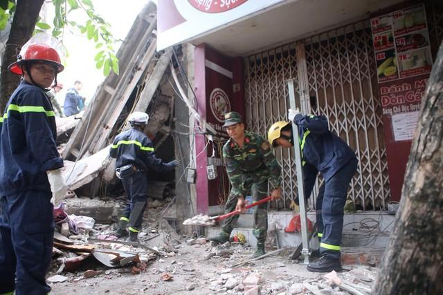 Các hàng quán trong khu vực cũng chưa thể mở cửa do ảnh hưởng từ vụ sập nhà. (Ảnh: Minh Sơn/Vietnam+)