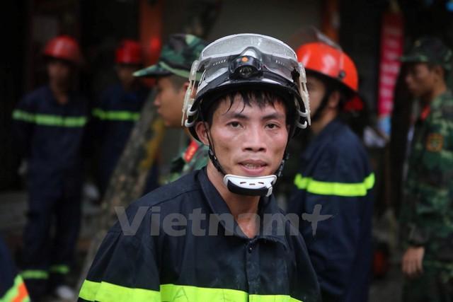 Trời càng sáng rõ, đội cứu hộ càng gặp khó khăn vì thời tiết nắng nóng. (Ảnh: Minh Sơn/Vietnam+)