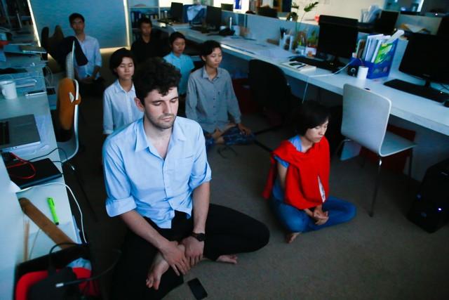 Trong công ty của Võ Trọng Nghĩa, nhân viên nào cũng phải tham gia một khóa thiền trước khi vào làm việc. Mỗi ngày, họ có 2 tiếng để thiền tại công ty. Ảnh: Hải An.