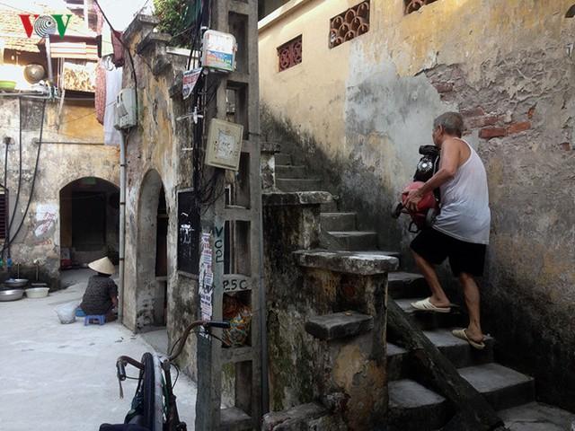 Cầu thang chung dẫn lên các căn hộ. Các hộ ở đây đều phải sinh sống trong những căn hộ khá nhỏ, theo thời gian, nhân khẩu các gia đình tăng lên, nhưng diện tích sinh sống vẫn như cũ nên họ gặp rất nhiều khó khăn trong bố trí sinh hoạt hàng ngày.