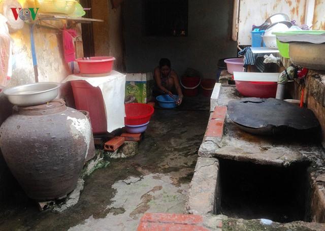 Hành lang chung dùng để nấu nướng, đựng nước ăn, nước sinh hoạt...