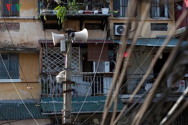 Những kiến trúc cũ kỹ này vẫn tồn tại theo năm tháng gắn liền với cuộc sống của hàng trăm hộ dân nơi đây.