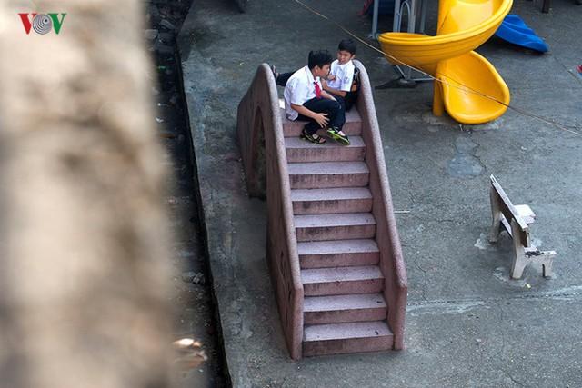 Một góc sân chơi của trẻ con khu tập thể Văn Chương, chiếc cầu trượt đá hoa có lẽ gắn liền với nhiều kỷ niệm tuổi thơ của những người thế hệ 6x, 7x…