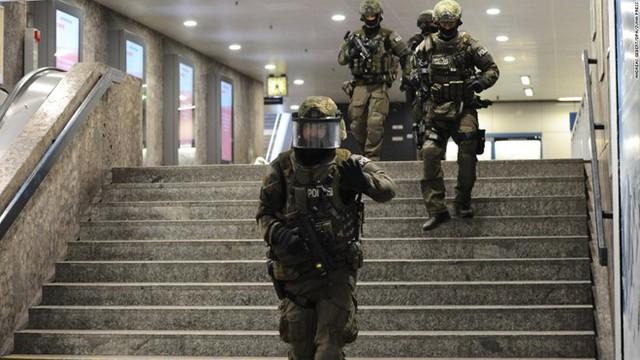 Cảnh sát cũng đang tiếp tục truy lùng những nghi phạm còn lại. Ảnh: CNN