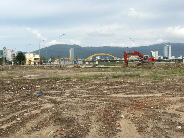 Khu vực dọc hai bờ sông Hàn cũng trở thành đại công trường cho nhiều dự án khu dân cư, khách sạn và trung tâm thương mại cao cấp