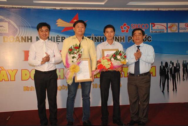 Ông Huỳnh Thành Chung (bìa phải) trao Quyết định kết nạp cho 2 hội viên mới.