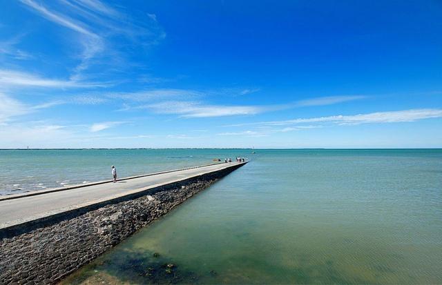 Passage du Gois giống như sợi chỉ mong manh nối Vịnh Burnёf với đảo Noirmoutier. Do ảnh hưởng của thủy triều, mọi người chỉ có thể lái xe dọc theo tuyến đường này hai lần/ngày, trong một vài giờ trước khi thủy triều dâng. Khoảng thời gian còn lại, Passage du Góis chìm 4m dưới mặt nước biển.