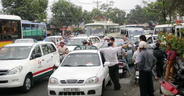 Việc di dời các bến xe Miền Đông, Miền Tây ra khỏi nội thành là để góp phần giải quyết ùn tắc giao thông cho TP.HCM. Trong ảnh: Ùn ứ trước Bến xe Miền Đông. Ảnh: MP
