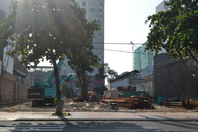 Dự án 300 căn hộ khách sạn Condotel (số 16 Bạch Đằng, Q. Hải Châu), có tổng diện tích gần 1.800m2 theo tiêu chuẩn khách sạn 4 sao, gồm khoảng 300 căn condotel có diện tích đa dạng. Dự án nằm đối diện sông Hàn, kết nối chuỗi tiện ích tại trung tâm TP.Đà Nẵng. Dự kiến hoàn thành năm 2018.