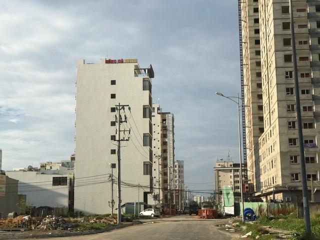 Dọc theo con phố đường Hà Bổng (phường Phước Mỹ, Q.Sơn Trà), ngay sau khách sạn A La Carte (tiêu chuẩn 5 sao) dài chưa đến 500m nhưng có đến 35-40 khách sạn lớn, nhỏ các loại.
