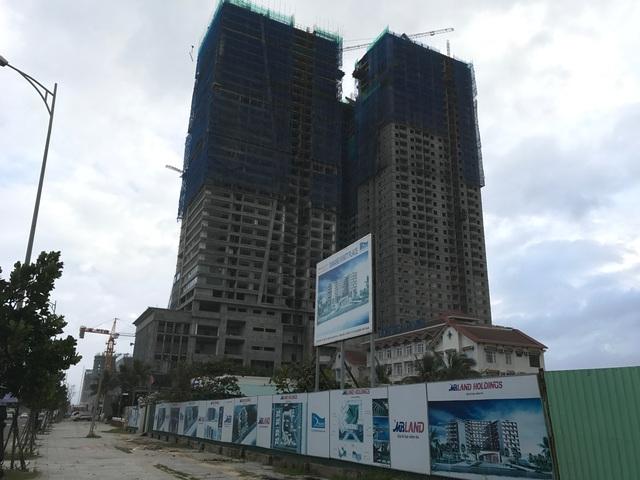 Cơn sốt đất ở Đà Nẵng khiến các nhà đầu tư hiện đang đứng ngồi không yên, thậm chí những đại gia ngoại cũng bị thu hút. Bên cạnh một khu phức hợp chuẩn bị được động thổ là dự án condotel khủng của Mường Thanh.