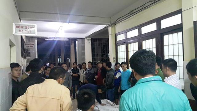 Một nạn nhân được đưa tới bệnh viên trong đêm 12-12