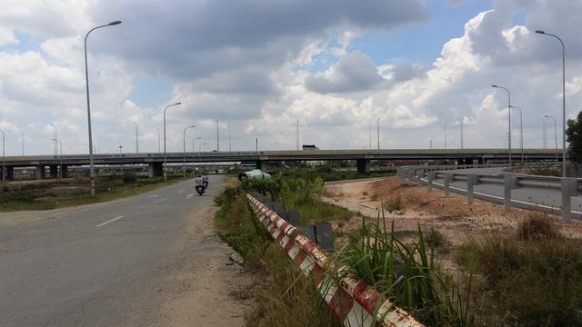 Khu vực đường dẫn lên tuyến cao tốc TP.HCM-Long Thành - Dầu Giây, nơi có nhiều dự án cao cấp đang mọc lên nhưng khách hàng rất e dè do lo sợ xe tải hoạt động dày đặc ngày đêm