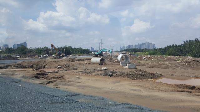Những hình ảnh trên cho thấy cảnh xe tải hạng nặng chở đất đá hoạt động thường xuyên trên các tuyến đường sắp được bàn giao cho thành phố