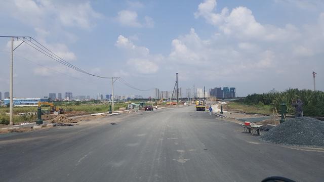 Những hình ảnh trên cho thấy tuyến đường R1 cắt ngang đại lộ Mai Chí Thọ đã được trải nhựa gần như hoàn chỉnh.
