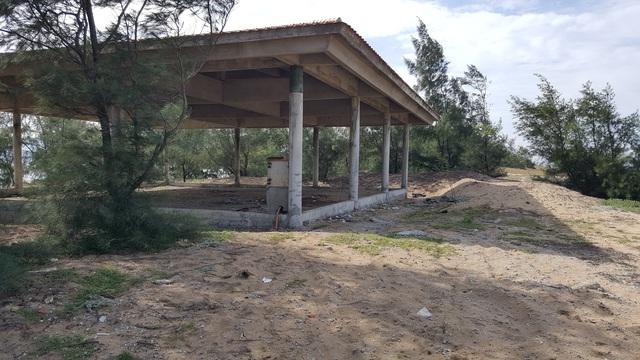 Một số hạng mục xây dựng dang dở trên bãi biển Sa Huỳnh