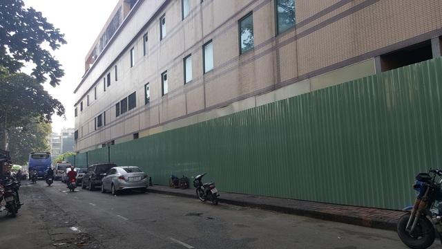 Mặt sau dự án cũng đã được dựng tường rào bao quanh. Hiện còn một vài hộ kinh doanh nhỏ đang di dời tài sản ra khỏi toà nhà. Trong khi đó, toà tháp B vẫn còn nhiều hộ kinh doanh bình thường.