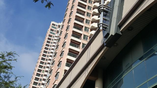 Toà tháp A hiện có gần 30 hộ dân sinh sống, đã được di dời đến chỗ ở tạm trong quá trình dự án này được xây dựng.