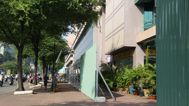 Hàng tôn xanh đang được dựng lên bao kín toà tháp A.