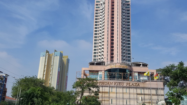 Toàn bộ bảng quảng cáo, thông tin cho thuê mặt bằng đã được tháo dỡ. Đối diện Thuận Kiều Plaza là dự án Golden Plaza cũng cho chính Vạn Thịnh Phát đầu tư.