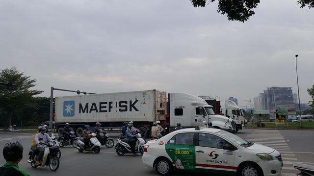 Ngã tư Nguyễn Văn Linh - Nguyễn Hữu Thọ, điểm đen kẹt xe và rất nguy hiểm cho người đi đường do lượng lưu thông xe container khá lớn.
