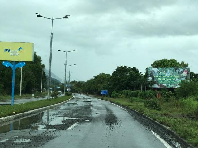 Nhiều tuyến đường dẫn vào trung tâm thành phố đang bị cày nát, xuống cấp trầm trọng do xe tải chở vật liệu xây dựng, lưu lượng giao thông khá đông