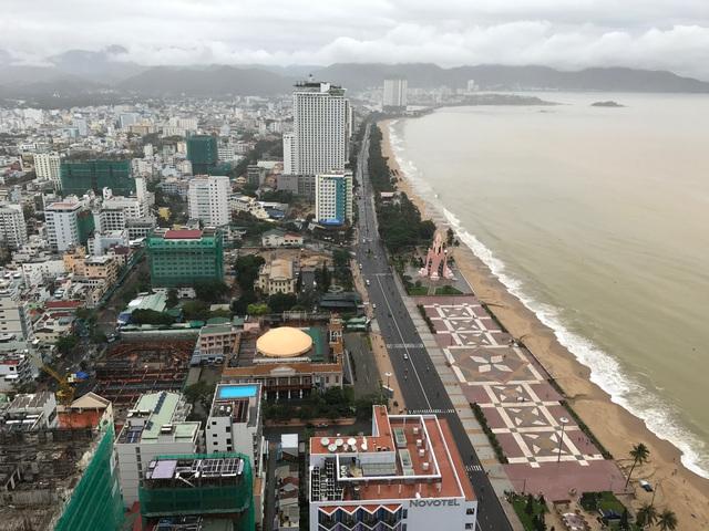 Dọc tuyến đường Trần Phú chạy ven biển, hàng chục dự án condotel đang thi công ngày đêm