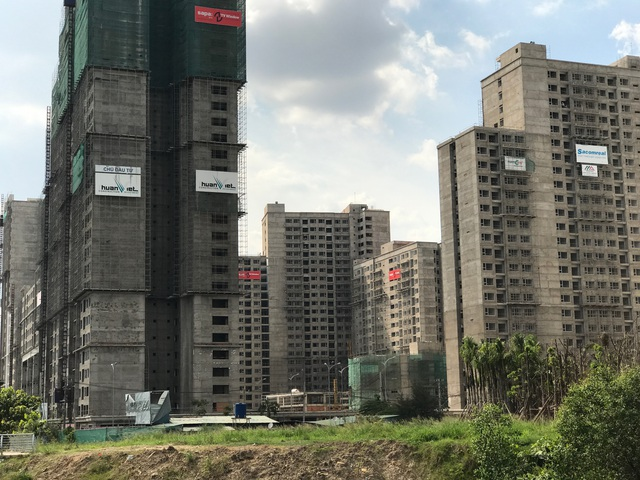 Hàng loạt dự án nhà ở cao tầng đang mọc lên hai bên đường Mai Chí Thọ.