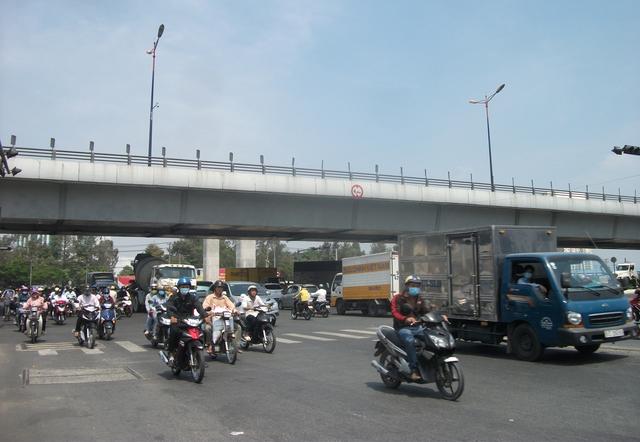 Xa lộ Hà Nội hàng ngày lưu lượng xe lưu thông khá lớn, trong đó xe tải hạng nặng liên tục cày nát mặt đường