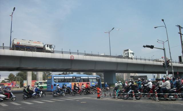 Nhiều người dân cho biết hàng ngày đi làm về nhà, ngang qua những cầu vượt như thế này họ rất lo sợ, nhất là khi nhiều xe container leo cầu cùng một lúc.