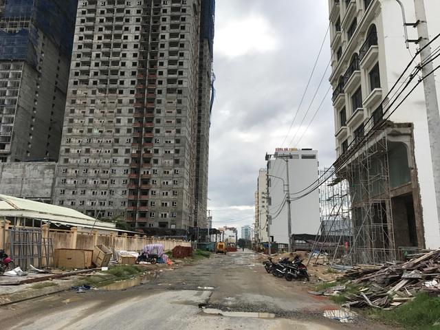 Khách sạn cao tầng mọc lên ngay trung tâm thành phố, nhiều con đường bị cày nát