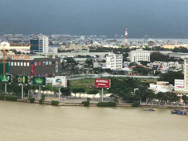 Khu đất rộng ngay bờ sông Hàn đang được san lắp mặt bằng chuẩn bị triển khai khu phức hợp Đà Nẵng Condotel.
