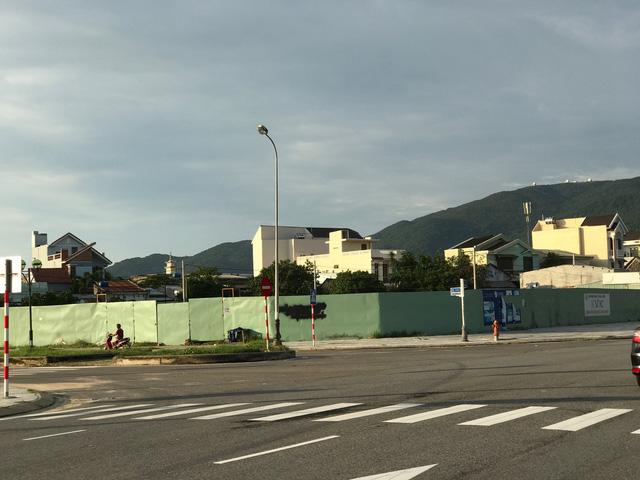 Chủ đầu tư còn có một khu đất vàng nằm cách khách sạn Fusion Suites chưa đến 1km. Khu đất này nằm giáp hai mặt tiền đường lớn, trước biển và đang chuẩn bị triển khai dự án khách sạn cao cấp.