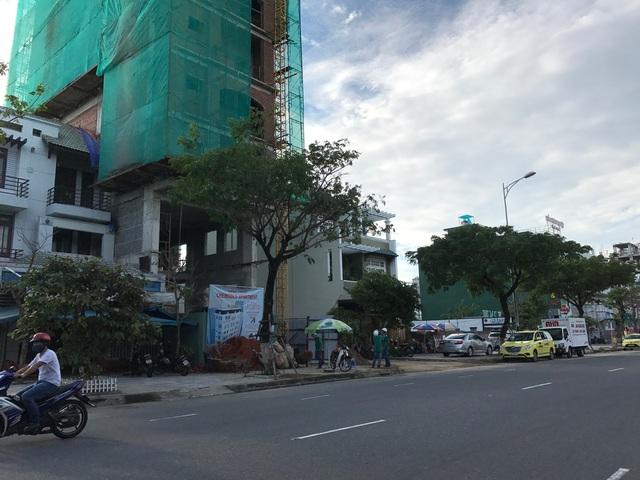 Nóng nhất phải kể đến tuyến đường Trường Sa, con đường ôm trọn bờ biển đẹp của thành phố Đà Nẵng. Nơi đây, chỉ một đoạn đường ngắn khoảng 2km, chúng tôi đã chứng kiến được 15 khách sạn 3-5 sao đang hối hả xây dựng.