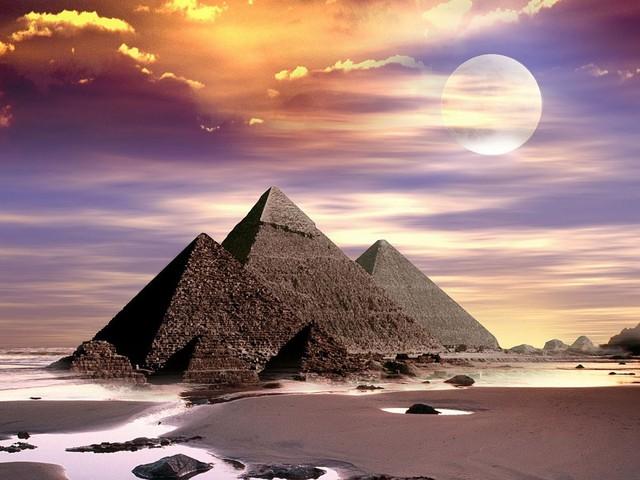 Kim tự tháp Giza, Ai Cập là một trong bảy kỳ quan của thế giới cổ đại, nằm ở El Giza. Chúng được xây như một ngôi hầm mộ vào năm 2560 trước Công nguyên để dành cho vua Pha-ra-ông Ai Cập.